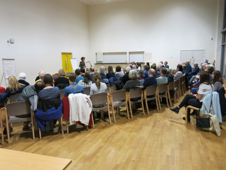 Anneliese Dodds speaks to residents